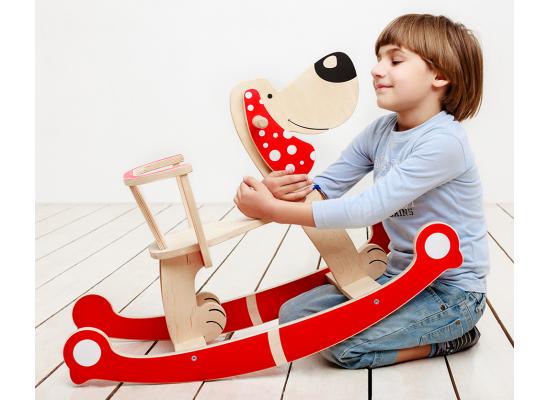 Ребенок с игрушкой-качалкой